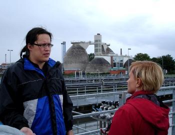 Kuvassa Jan-Eric Luft EBL:stä ja Monika Piotrowska-Szypryt Gdanskin kaupungin ympäristötoimistosta Lyypekin jätevedenpuhdistamolla. Kuvaaja Lotta Ruokanen/HELCOM.