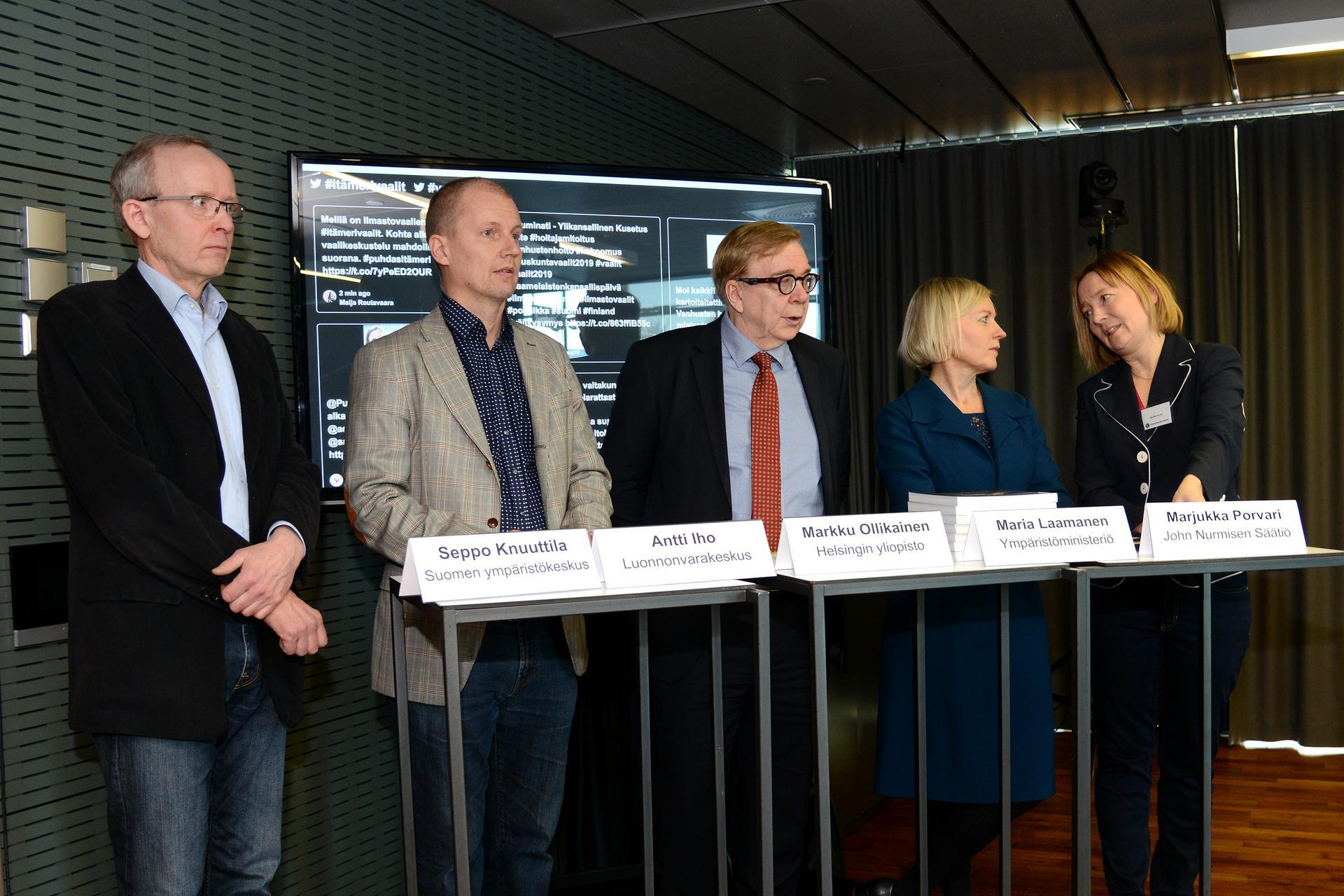 Viisi eri alojen Itämeri-asiantuntijaa seisovat vierekkäin valmiina tarkastamaan Itämeri-faktoja