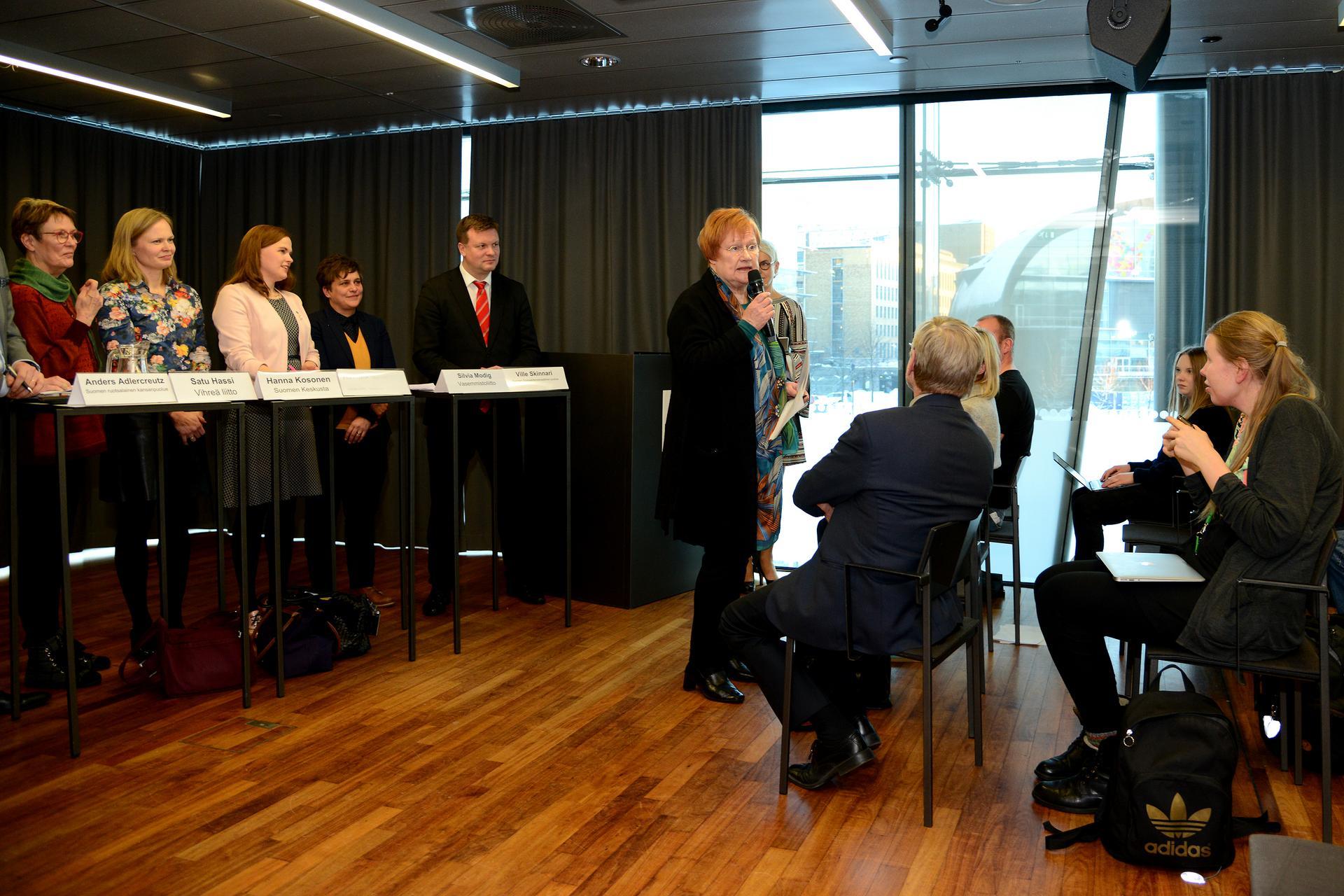 Presidentti Tarja Halonen kertoo oman näkemyksensä Itämeren tilassa, poliitikot ja yleisö kuuntelevat tarkasti