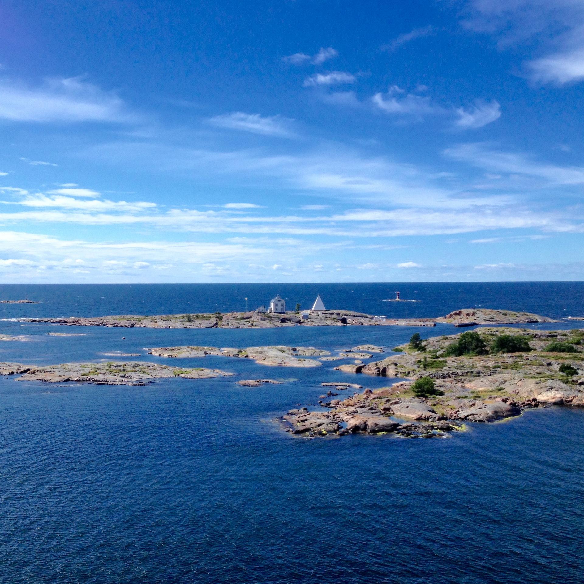 """Kobba Klintar, vanha luotsiasema ja ahvenanmaalaisten """"vapaudenpatsas"""". Kuva: Anna Herlin"""