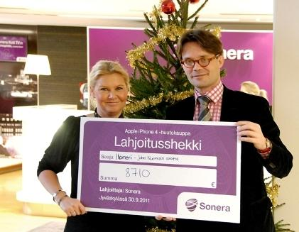 Tanja Piha from TeliaSonera Mobility B2B business came up with the idea for the auction; here, just before Christmas, she presents the gift cheque worth almost €9,000 to Erik Båsk, Secretary General of the John Nurminen Foundation. Photo: Timo Saxén, Sonera.