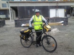Siilinjärveläinen rakennusmies Matti Silander pyöräilee työmatkat ympäri vuoden. Työmatka yhteen suuntaan on 22 km. Kuva: NCC.